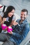 Couples riant tout en mangeant la crème glacée  Photos libres de droits