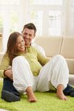 Couples riants attendant la chéri Photographie stock