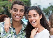 Couples riants d'amour dans les vacances Image libre de droits