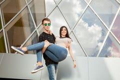 Couples riants heureux dehors Photographie stock