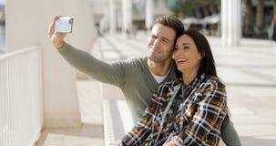 Couples riants heureux prenant leur selfie Image libre de droits