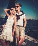 Couples riches élégants sur le yacht Images libres de droits