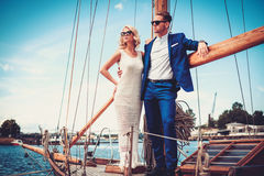 Couples riches élégants sur un yacht de luxe Photo libre de droits