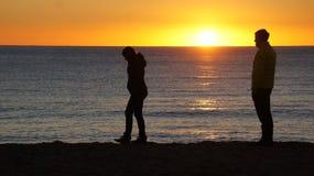 Couples rodage le coucher du soleil Images libres de droits