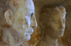 Couples romains sur une pierre grave Images stock
