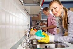 Couples romantiques à la cuisine Images libres de droits