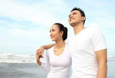 Couples romantiques à la plage Image stock