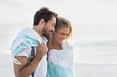 Couples romantiques à la plage Photos libres de droits
