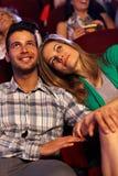 Couples romantiques à la salle de cinéma image libre de droits