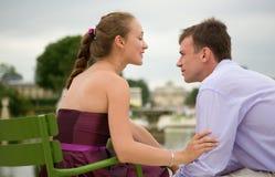 Couples romantiques à Paris images stock