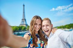 Couples romantiques à Paris un jour d'été Image libre de droits