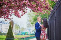 Couples romantiques à Paris une journée de printemps Image libre de droits