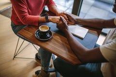 Couples romantiques à un café Photos stock