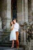 Couples romantiques élégants heureux doux sur le fond du château Photo stock