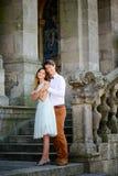 Couples romantiques élégants heureux doux sur le fond du château Image libre de droits