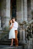 Couples romantiques élégants heureux doux sur le fond du château Photo libre de droits