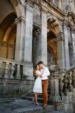 Couples romantiques élégants heureux doux sur le fond du château Images stock