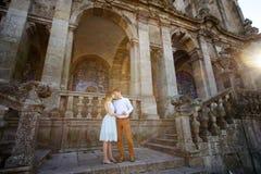 Couples romantiques élégants heureux doux sur le fond du château Photos libres de droits
