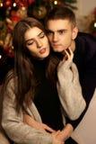 Couples romantiques étreignant dans l'intérieur de Noël Images stock
