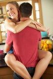 Couples romantiques étreignant dans la cuisine Photo libre de droits