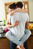 Couples romantiques étreignant dans la cuisine Image stock