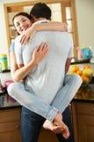 Couples romantiques étreignant dans la cuisine Images stock