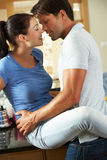 Couples romantiques étreignant dans la cuisine images libres de droits