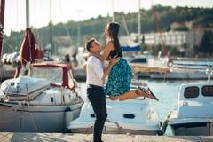 Couples romantiques étreignant sur la plage Avoir une date romantique d'amusement Célébration de l'anniversaire Rose rouge Photographie stock