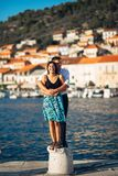Couples romantiques étreignant sur la plage Avoir une date romantique d'amusement Célébration de l'anniversaire Rose rouge Image libre de droits