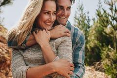Couples romantiques admirant une vue Image stock