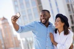 Couples romantiques adorables prenant un selfie ensemble Image libre de droits