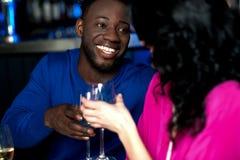 Couples romantiques affectueux dans une barre Images stock