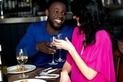 Couples romantiques affectueux dans une barre Images libres de droits