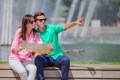 Couples romantiques ainsi que la carte de ville dehors Amants heureux appréciant le paysage urbain avec les points de repère célè Photographie stock libre de droits
