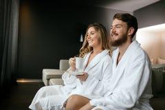 Couples romantiques appréciant l'évasion de lune de miel Photos stock