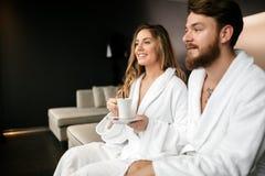 Couples romantiques appréciant l'évasion de lune de miel photographie stock
