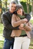 Couples romantiques appréciant la promenade extérieure Image stock
