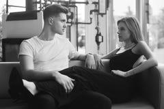 Couples romantiques appréciant la société de l'un l'autre en noir et blanc Jeunes couples dans l'étreinte d'amour Fille sexy dans Photo libre de droits