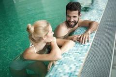 Couples romantiques appréciant le bain thermique image libre de droits