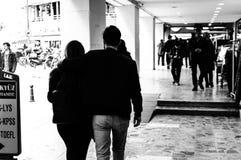 Couples romantiques au centre de Kadikoy d'Istanbul - la Turquie Photographie stock libre de droits
