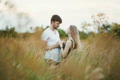 Couples romantiques au coucher du soleil Deux personnes dans l'amour au coucher du soleil ou au lever de soleil Homme et femme su Photo libre de droits