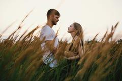 Couples romantiques au coucher du soleil Deux personnes dans l'amour au coucher du soleil ou au lever de soleil Homme et femme su Images stock