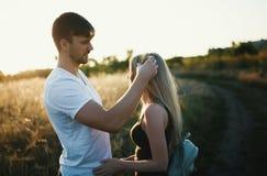 Couples romantiques au coucher du soleil Deux personnes dans l'amour au coucher du soleil ou au lever de soleil Homme et femme su Photo stock