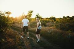 Couples romantiques au coucher du soleil Deux personnes dans l'amour au coucher du soleil ou au lever de soleil Homme et femme su Image libre de droits