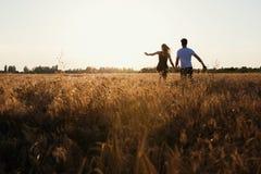 Couples romantiques au coucher du soleil Deux personnes dans l'amour au coucher du soleil ou au lever de soleil Homme et femme su Photos libres de droits