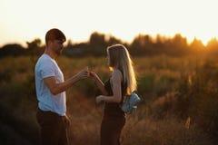 Couples romantiques au coucher du soleil Deux personnes dans l'amour au coucher du soleil ou au lever de soleil Homme et femme su Photographie stock