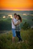 Couples romantiques au coucher du soleil sur le fond jaune lumineux de ciel, amour Photos stock