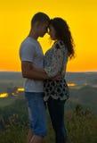 Couples romantiques au coucher du soleil sur le fond jaune lumineux de ciel, amour Photo libre de droits