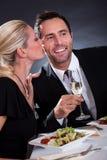 Couples romantiques au restaurant Photos libres de droits