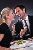 Couples romantiques au restaurant Photo stock